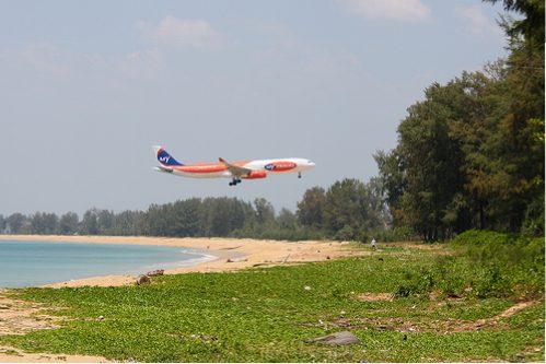 Flugzeug am Nai Yang Beach auf Phuket in Thailand